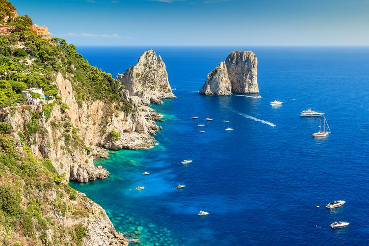 Capri e i faraglioni sono uno dei posti più belli del mondo da secoli. Capri l'isola azzura.