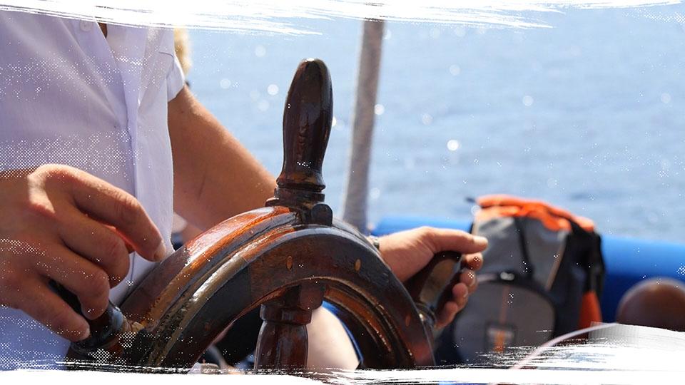 Timone della Pegasus, caicco per escursioni a Ischia in barca a vela